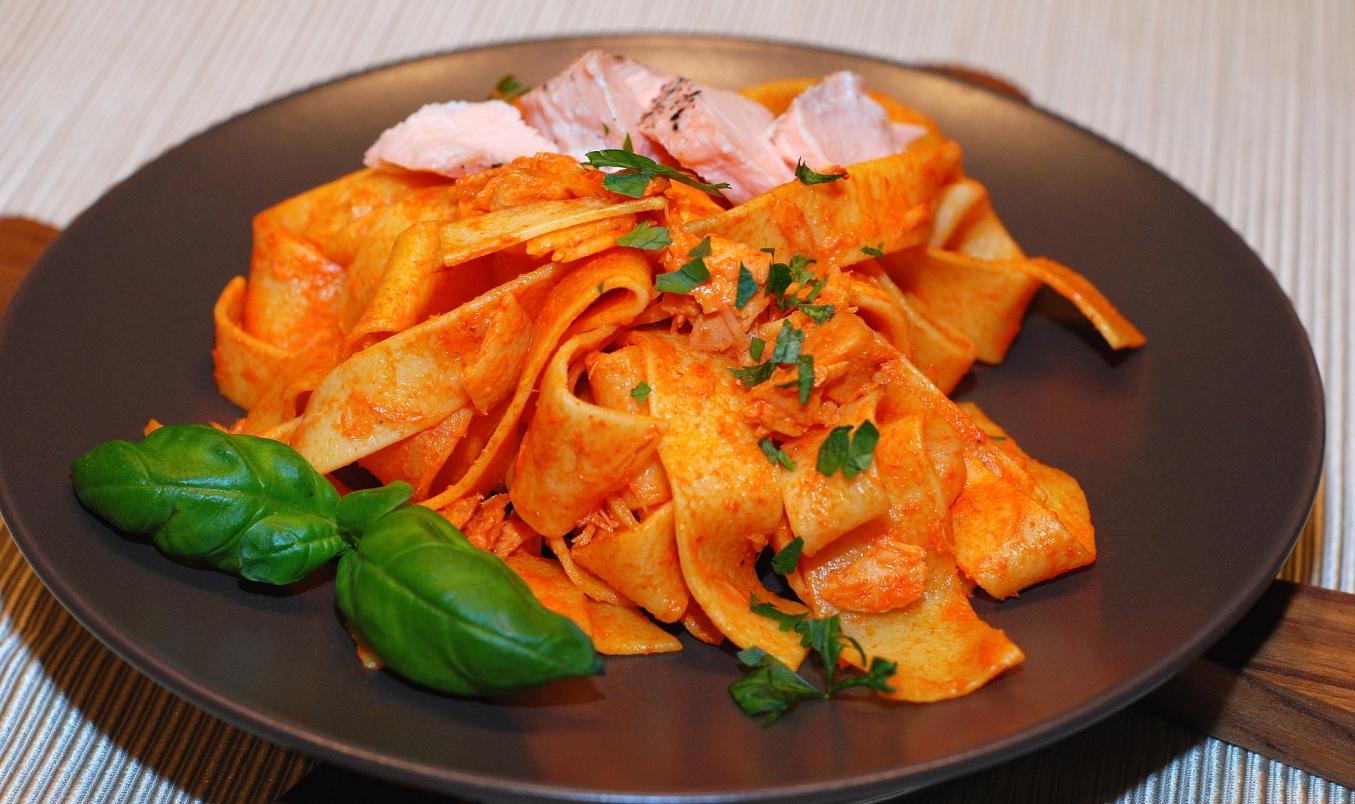 Tagliatelle z wędzonym łososiem w sosie z pieczonej papryki