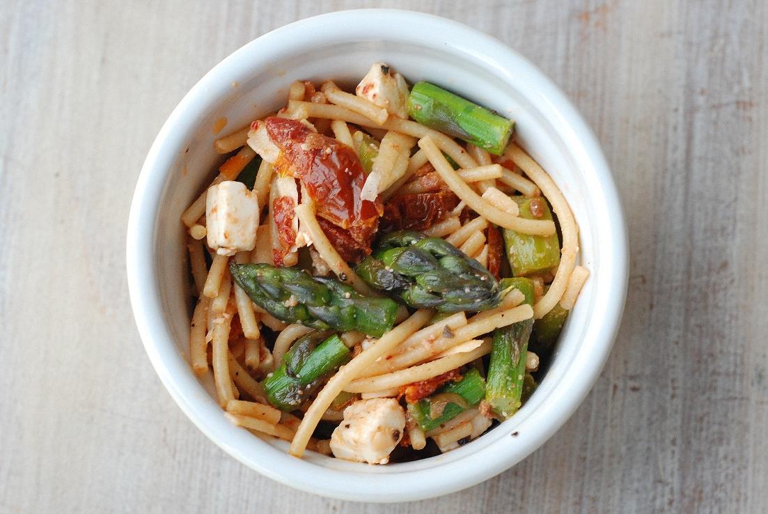 Sałatka ze szparagami, fetą i suszonymi pomidorami